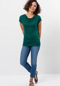 zero - MIT WASSERFALLAUSCHNITT - Basic T-shirt - green - 1