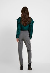 ONLY - ONLMONIZ CHECK PANT - Bukse - medium grey melange - 3