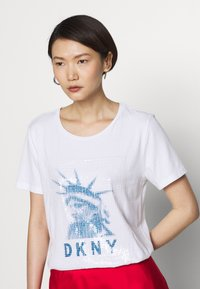 DKNY - LADY LIBERTY SEQUIN LOGO  - T-shirts print - white/electric blue - 3