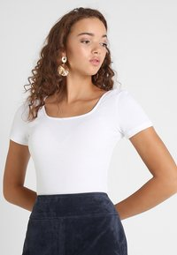 Glamorous - 2 PACK SQUARE NECK BODY  - T-shirt - bas - white/yellow