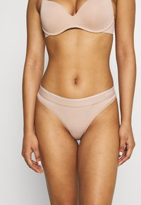 Calvin Klein Underwear - ONE MICRO THONG - String - honey almond - 0