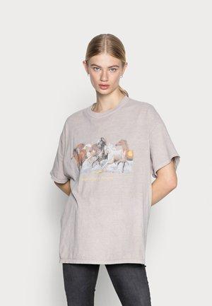 DAD TEE - Print T-shirt - beige