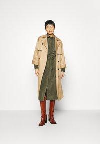 Another-Label - VANDERDISE DRESS - Košilové šaty - winter moss - 1
