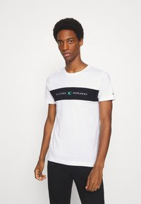 Tommy Hilfiger - NEW LOGO TEE - T-shirt con stampa - white - 0