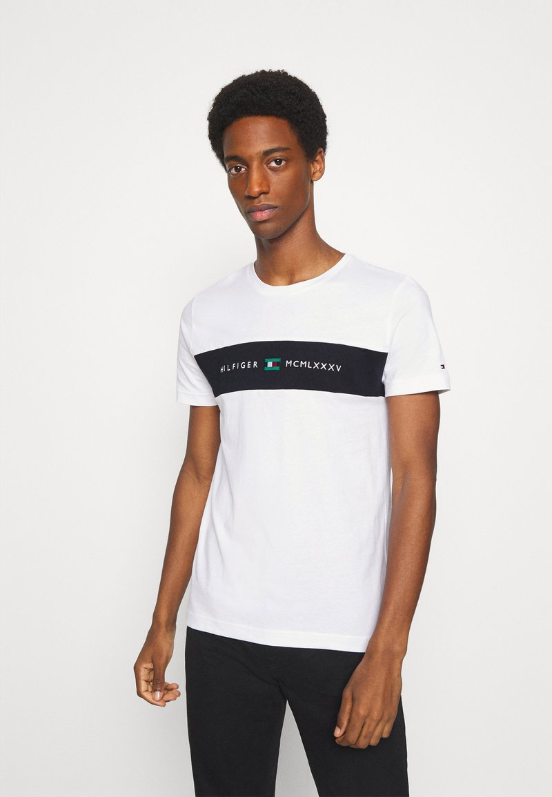 Tommy Hilfiger - NEW LOGO TEE - T-shirt con stampa - white