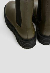 PULL&BEAR - Kotníkové boty na platformě - khaki - 6