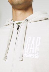GAP - Zip-up hoodie - stone - 3