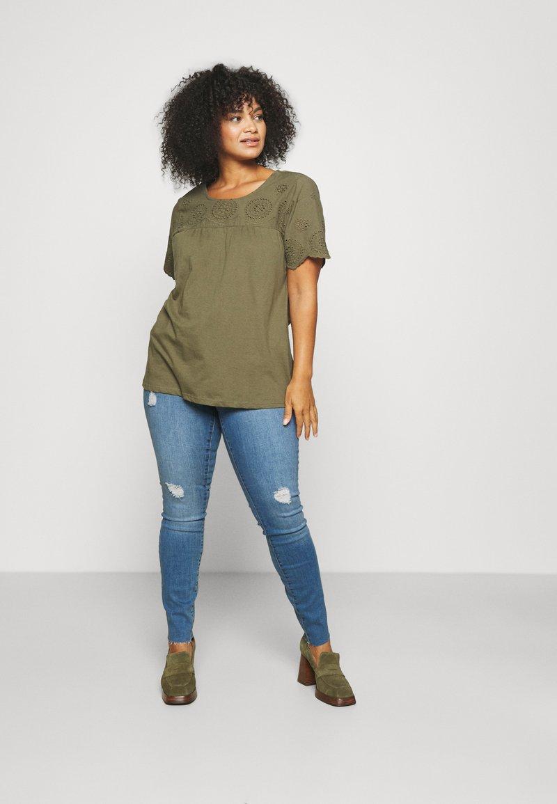 Vero Moda Curve - VMTANYA CUT - Jeans Skinny Fit - medium blue denim