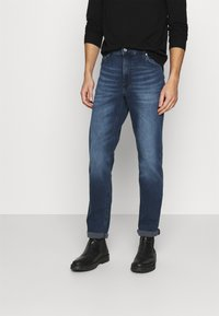 Mustang - TRAMPER TAPERED - Slim fit jeans - denim blue - 0