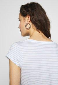 Mads Nørgaard - ORGANIC FAVORITE STRIPE TEASY - Print T-shirt - white/sky blue - 5
