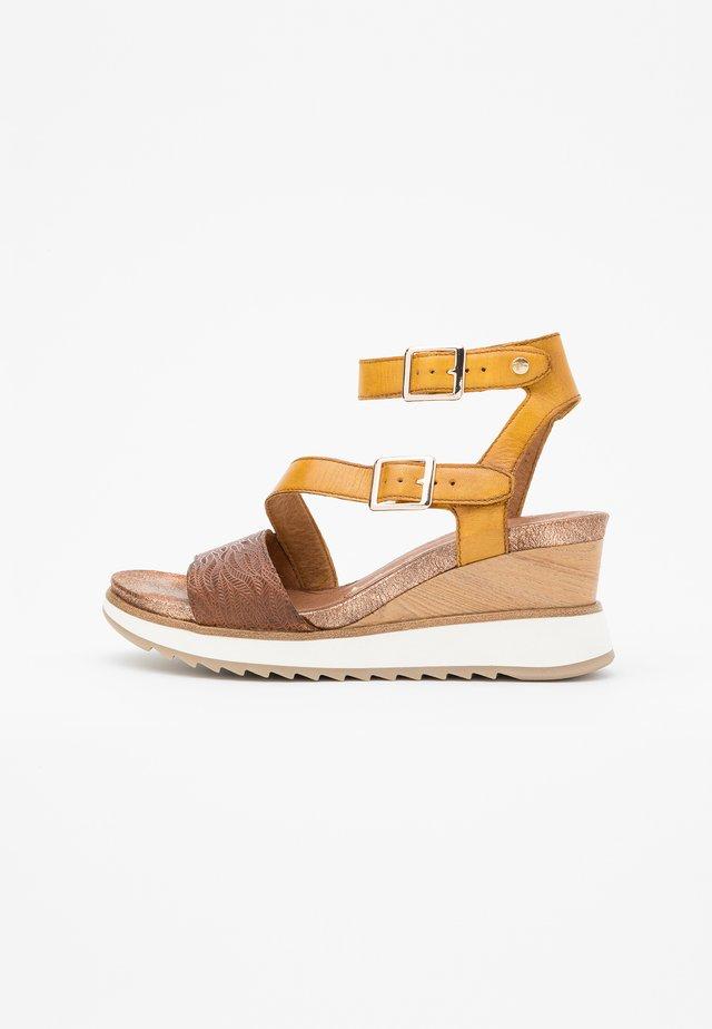 Sandalias con plataforma - saffron/nut
