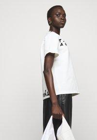 MM6 Maison Margiela - Camiseta estampada - white - 4