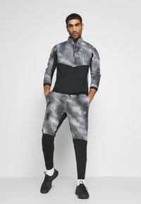 Nike Performance - ELEMENT WARM - Juoksutakki - black/reflective silver - 1