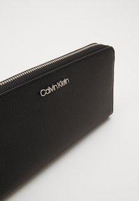 Calvin Klein - MUST ZIPAROUND - Lommebok - black - 2