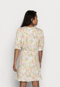VILA PETITE - VIOCTAVIA DRESS PETITE - Jersey dress - birch/festival flower - 2