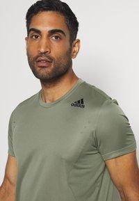 adidas Performance - HEAT.RDY TRAINING SLIM SHORT SLEEVE TEE - T-shirt imprimé - legend green - 4