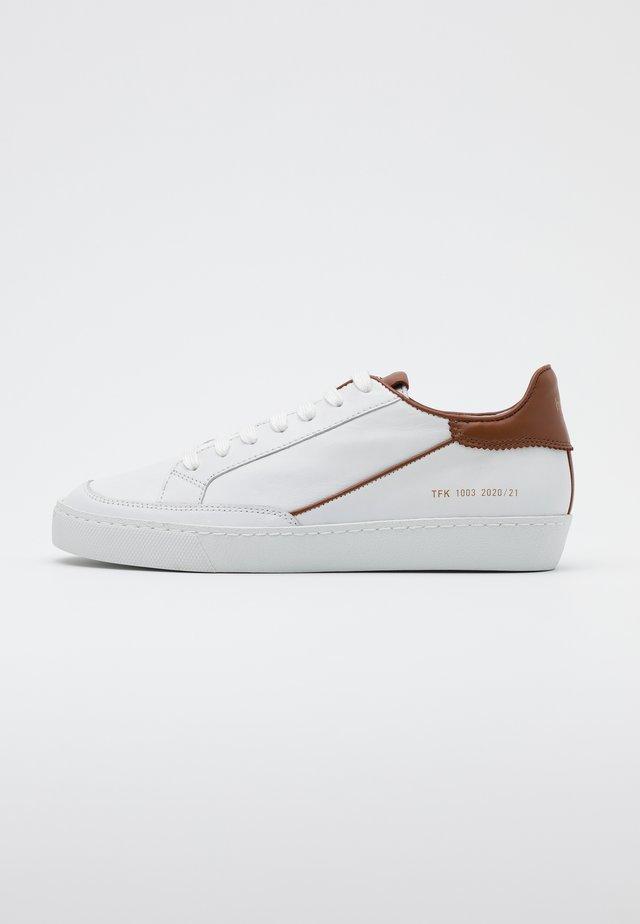Baskets basses - weiß/nut
