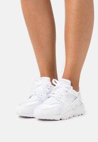 Nike Sportswear - HUARACHE - Sneakersy niskie - white - 0