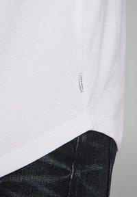 Jack & Jones - JJECURVED TEE O NECK - Camiseta básica - white - 5