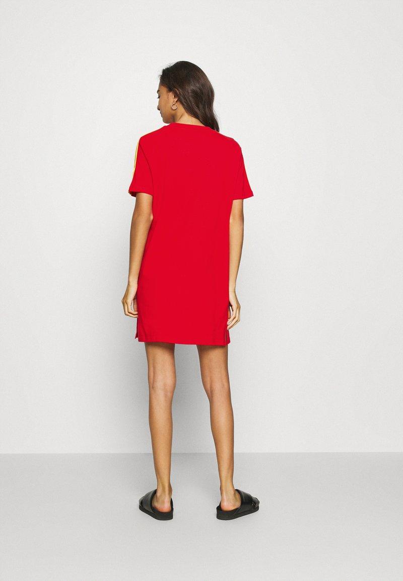 adidas Originals STRIPES SPORTS INSPIRED REGULAR DRESS - Jerseykleid - red/rot CwMMaT