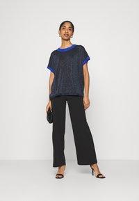 Nümph - NUBELINDA DARLENE - Print T-shirt - dark blue - 1