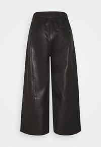 Cream - CAMMI PANTS - Pantalon en cuir - pitch black - 1