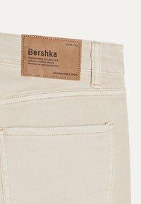 Bershka - MIT RISSEN  - Skinny džíny - beige - 3