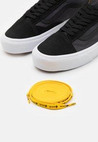 Vans - OLD SKOOL GORE-TEX UNISEX - Trainers - black/lemon chrome - 5