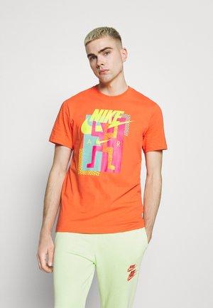 TEE AIR - Camiseta estampada - turf orange