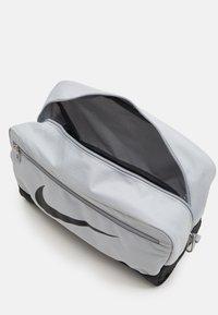 Nike Performance - SHOE 11L UNISEX - Wash bag - light smoke grey - 2