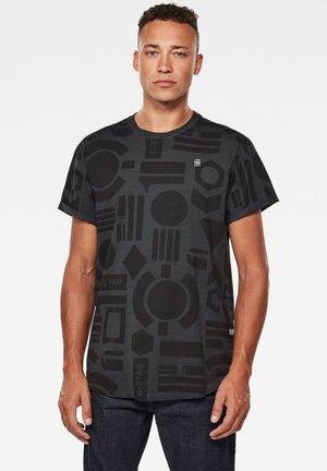 BADGES LASH AOP  BADGES - Print T-shirt - raven badges