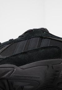 adidas Originals - YUNG-1 TORSION SYSTEM RUNNING-STYLE SHOES - Joggesko - core black/carbon - 8