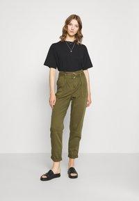 Miss Selfridge - ZESPAR HANG TAB BELTED TROUSER - Trousers - khaki - 1