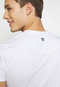 11 DEGREES - CORE MUSCLE FIT - Print T-shirt - white - 6