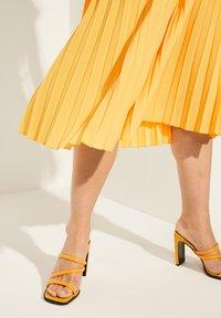 comma - Pleated skirt - yellow - 3