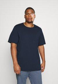 Levi's® Plus - BIG TEE 2 PACK  - Basic T-shirt - white/dress blues - 2