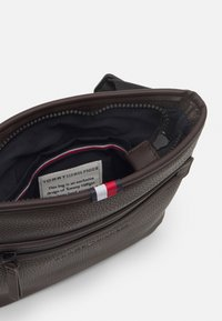Tommy Hilfiger - ESSENTIAL CROSSOVER UNISEX - Across body bag - brown - 2