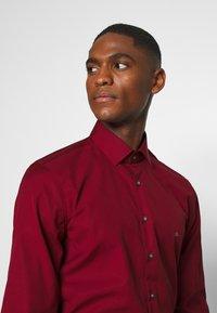 Calvin Klein Tailored - CONTRAST FLOWER PRINT SLIM - Koszula biznesowa - red - 3