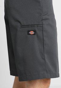 Dickies - MULTI POCKET WORK  - Shorts - charcoal - 6