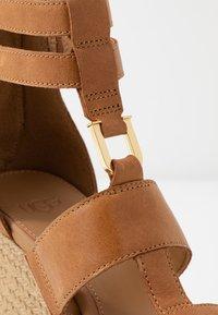 UGG - KOLFAX - Sandalen met hoge hak - almond - 2