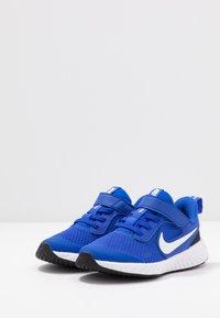 Nike Performance - REVOLUTION 5 UNISEX - Neutrální běžecké boty - racer blue/white/black - 3