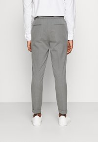 Isaac Dewhirst - THE RELAXED SUIT  - Oblek - light grey - 5