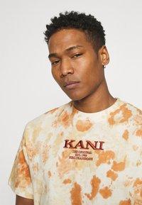 Karl Kani - UNISEX RETRO - T-shirt con stampa - white - 3