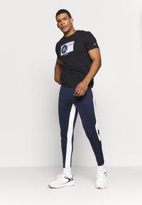Champion - TURNTABLE CREWNECK - Camiseta estampada - black - 1