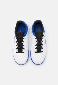 Nike Performance - TIEMPO JR LEGEND 8 ACADEMY IC UNISEX - Indoor football boots - white/black/hyper royal/metallic silver - 3