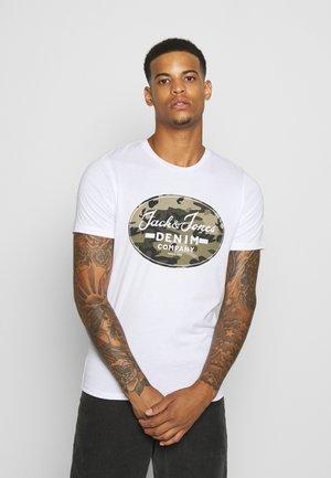 JJCAMOMAN TEE CREW NECK - Print T-shirt - white