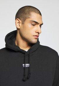 adidas Originals - R.Y.V. MODERN SNEAKERHEAD HODDIE SWEAT - Bluza z kapturem - black - 3