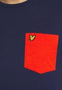 Lyle & Scott - CONTRAST POCKET - Print T-shirt - navy/burnt orange - 5