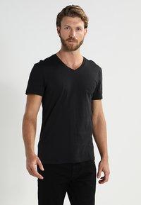 Pier One - 2 PACK - T-shirt basic - black - 2