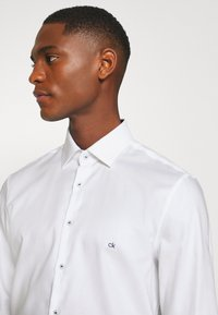 Calvin Klein Tailored - CONTRAST PRINT SLIM SHIRT - Formal shirt - white - 5